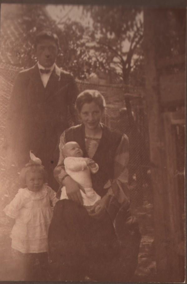 Hendrikus Johannes Giele en Elisabeth Maria Schouten met kinderen