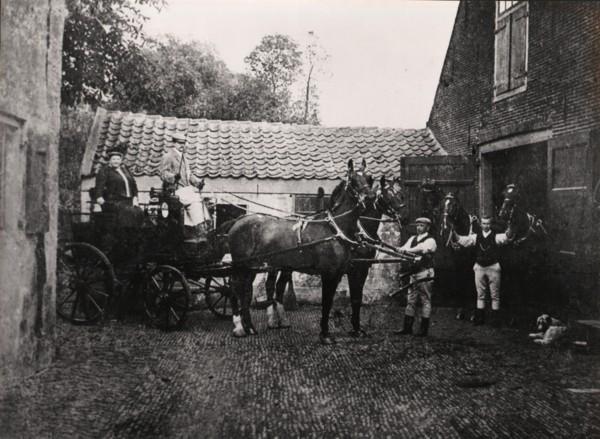 Wurfbain op koets bij de boerderij van Schouten in de Hoofdstraat Baarn