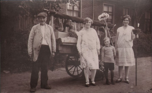 Willem Radstok met Jannetje en Melisje van de Bunt en waarschijnlijk Cor Limper