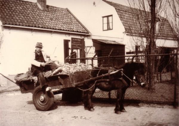 Dirk Koffrie (Dove Dorus) op zijn groentekar