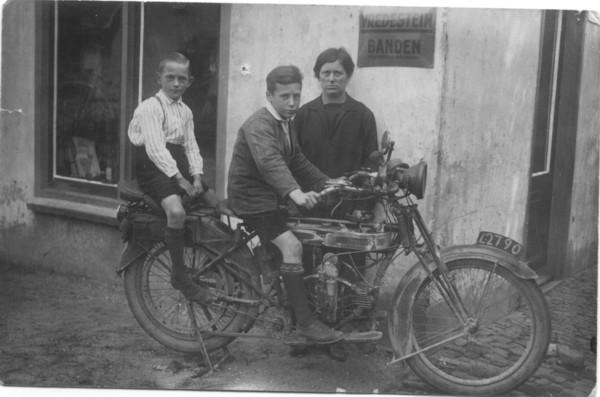 Bart en Marinus Kooij met moeder Johanna de Ruiter