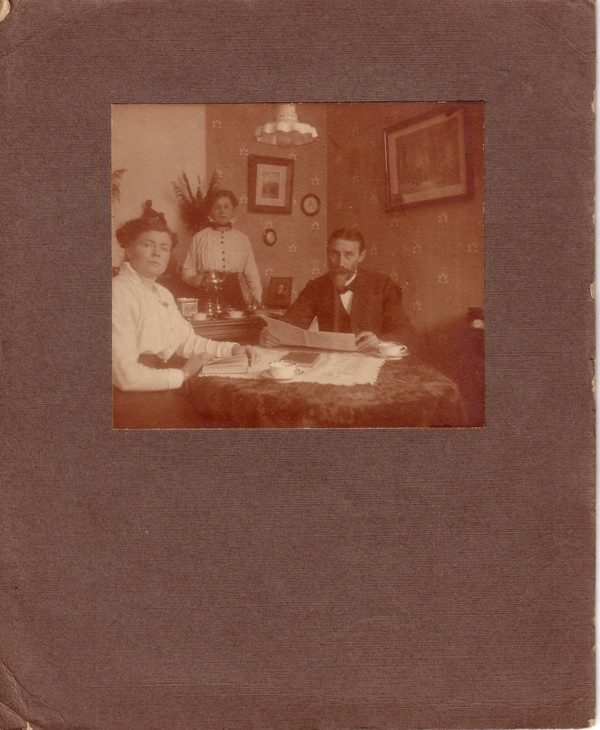 Foto  Anthonia Heemskerk, Johanna Maria van Dijk en Antonius van Dijk