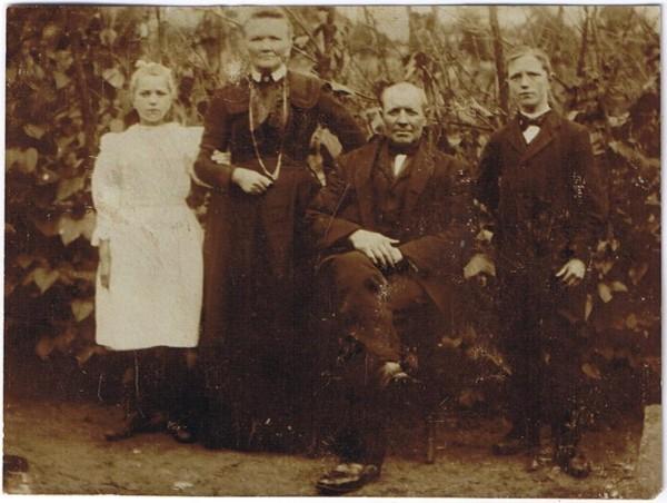 Foto  Gijsbertje Bouw en Matthijs Ravenhorst met kinderen Agnes en Louis Ravenhorst.