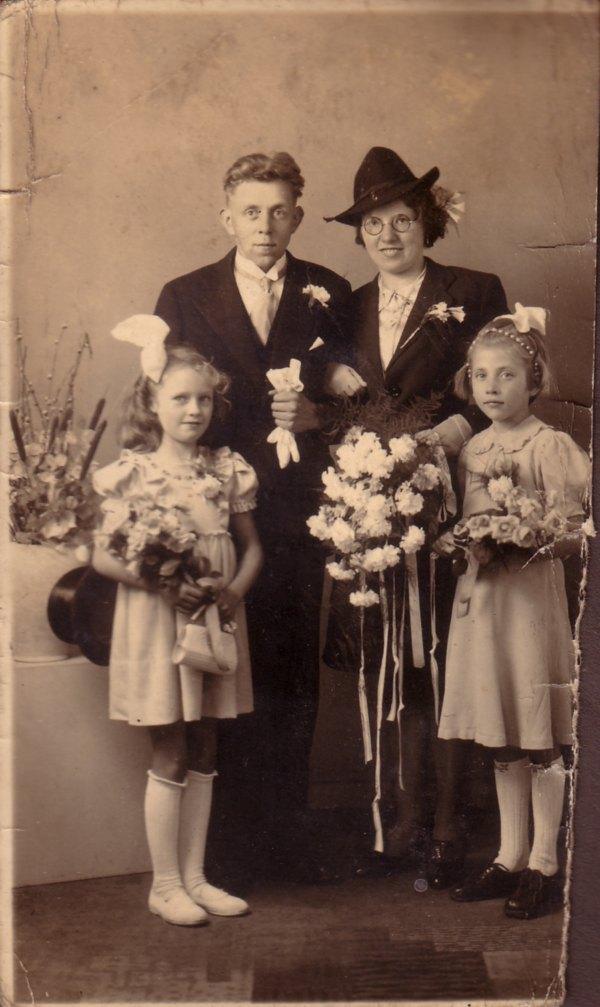 Willem de Ruiter en Sipkje Oosting trouwfoto met bruidsmeisjes Nollie ? en Beppie Kuijper