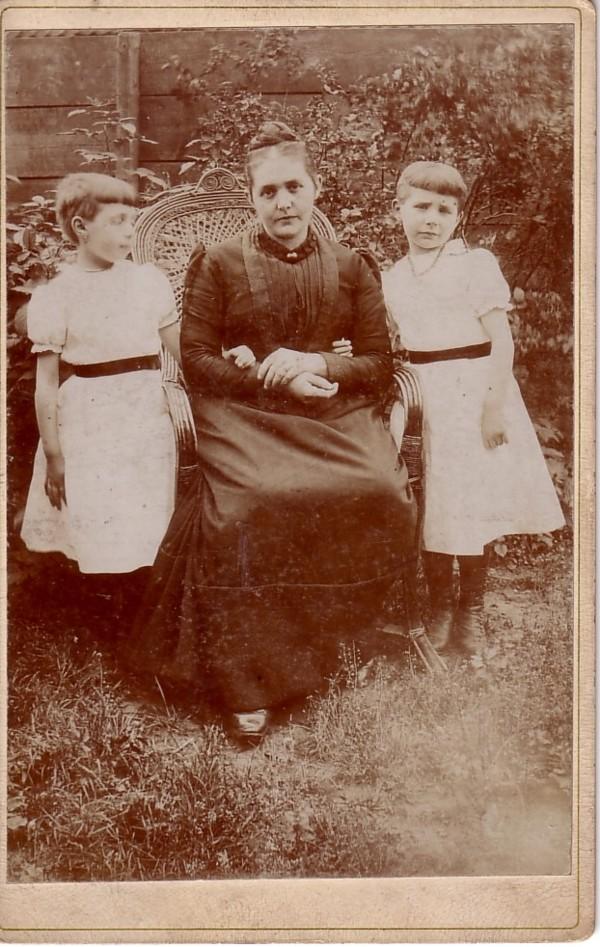 Foto  Johanna Maria Gijsberta Bell met dochters