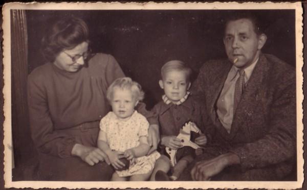 Foto  Gezin Sipkje Oosting en Willem de Ruiter met Jeltina Klazina de Ruiter en Daniël Willem de Ruiter