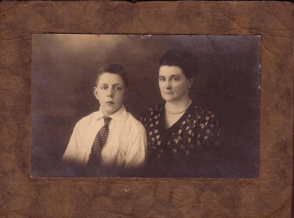 Willem de Ruiter en zijn moeder Jannetje Koelewijn