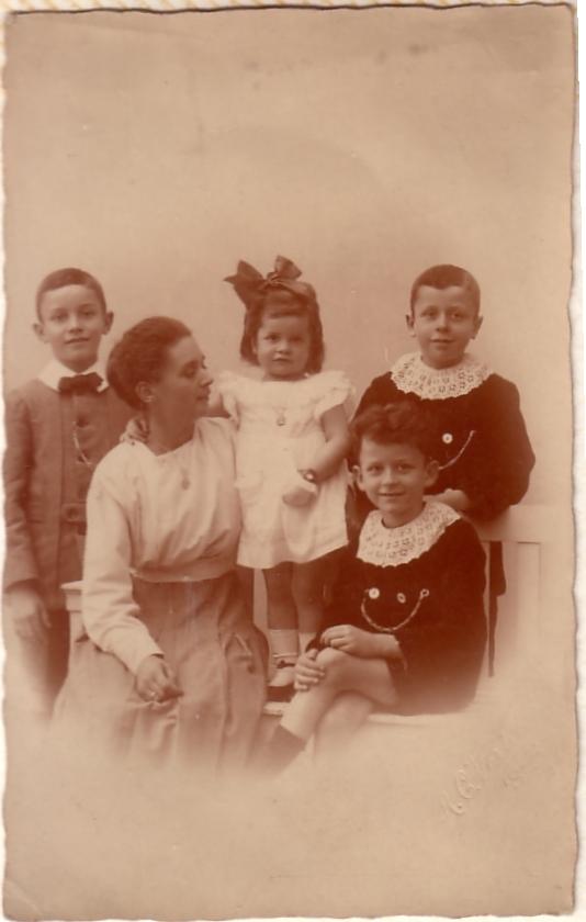 Adirana Johanna Maria van Dijk met kinderen