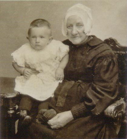 Gerritje Hagen met haar kleindochter Anna Riggeling