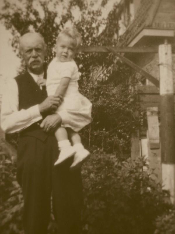 Cornelis van Nieuwenhuizen met kleinzoon Jaap van Renes