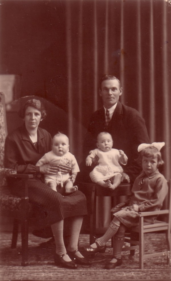 Foto  Jacoba van der Schagt en Jan van Kooi met kinderen Bram, Rijkje en Coby van Kooi