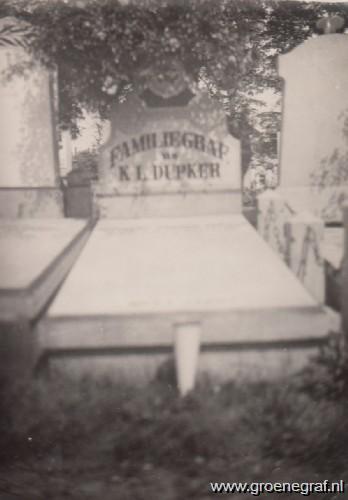 Grafmonument grafsteen Karel Lodewijk  Dupker