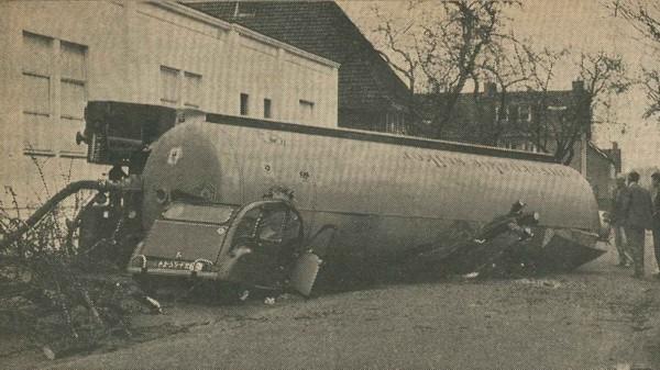 Suiker-tankwagen valt om bij muisjesfabriek