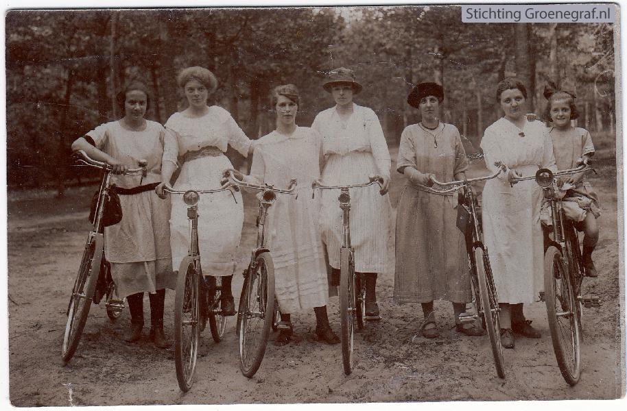 Fietsende jongedames uit Baarn